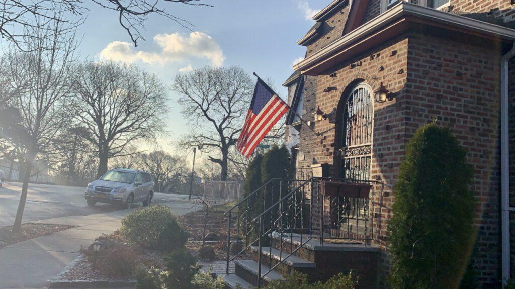 americká vlajka na domě
