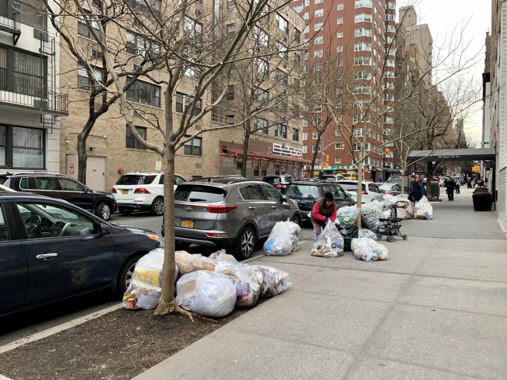 překvapení New Yorku v podobě odpadků na chodníku